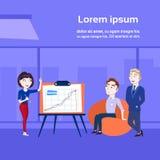 Presentation, utbildning eller rapport för affärskvinna hållande till Team Standing Over Data On Flip Chart royaltyfri illustrationer