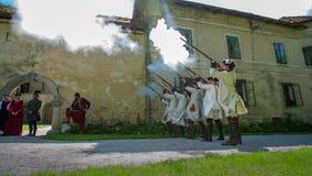 Presentationen av historisk franska tjäna som soldat skytte i luften stock video