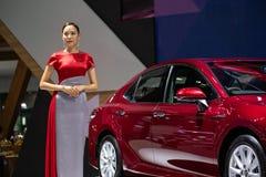 Presentator die nieuw Toyota-automodel introduceren in Motor Expo 2018 stock foto