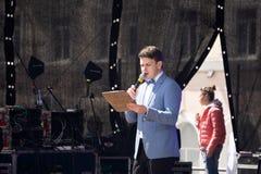 Presentator Giving Presentation aan Groep Mensen van Stadium bij Conferentiegebeurtenis De Toespraak van trainerspeaker giving le stock fotografie