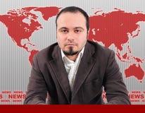 Presentatore maschio di notizie in studio immagini stock libere da diritti