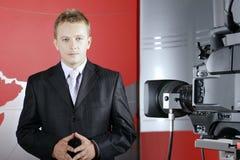 Presentatore nello studio della TV davanti alla macchina fotografica fotografia stock