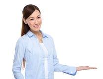 Presentazione asiatica della donna Fotografia Stock