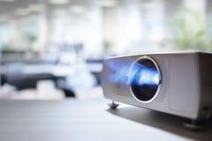 Presentazione con il video proiettore dell'affissione a cristalli liquidi in ufficio immagine stock libera da diritti