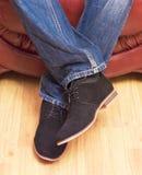 Presentazione dei nuovi modelli delle scarpe della pelle scamosciata degli uomini Fotografia Stock Libera da Diritti
