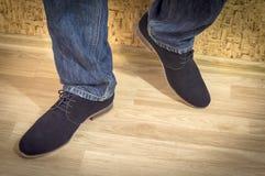 Presentazione dei nuovi modelli delle scarpe della pelle scamosciata degli uomini Immagini Stock Libere da Diritti