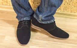 Presentazione dei nuovi modelli delle scarpe della pelle scamosciata degli uomini Immagine Stock
