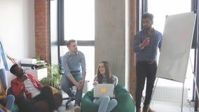 Presentazione dell'incontro di affari con l'ufficio del flipchart di addestramento del gruppo video d archivio