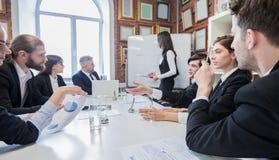 Presentazione di affari sul whiteboard immagini stock libere da diritti