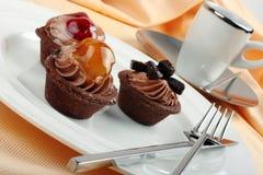 Presentazione di eleganza delle torte e del caffè espresso della frutta Fotografia Stock Libera da Diritti