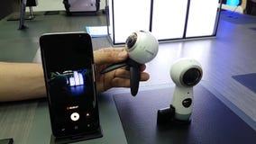 Presentazione di nuovo ingranaggio VR 360 2017 macchine fotografiche di versione nel deposito di marca di Samsung video d archivio