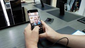Presentazione di nuovo smartphone della galassia S8 nel deposito di marca di Samsung stock footage