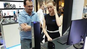 Presentazione di nuovo smartphone della galassia S8 nel deposito di marca di Samsung video d archivio