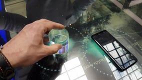 Presentazione di nuovo smartphone della galassia S8 nel deposito di marca di Samsung archivi video