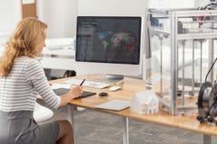 Presentazione di sviluppo dell'ingegnere abbastanza femminile sul computer Fotografie Stock Libere da Diritti
