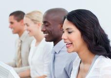 Presentazione di una squadra positiva di affari sul lavoro immagine stock