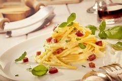 Presentazione gastronomica degli spaghetti italiani fotografie stock libere da diritti