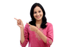 Presentazione isolata rappresentazione sorridente della giovane donna Immagini Stock Libere da Diritti