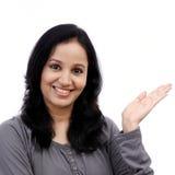 Presentazione isolata rappresentazione sorridente della giovane donna Fotografia Stock