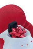 Presentazione nera del contenitore di regalo sui cuori rossi. Fotografia Stock Libera da Diritti