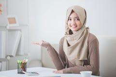 Presentazione sorridente della giovane donna attraente allo spazio della copia Fotografia Stock Libera da Diritti