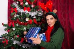 Presente aberto surpreendido do Natal da mulher Imagem de Stock Royalty Free