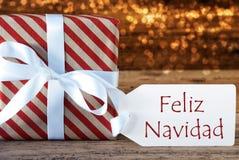 Presente atmosférico com etiqueta, Feliz Navidad Means Merry Christmas Fotografia de Stock Royalty Free