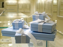 Presente atual jewerly na loja fotografia de stock royalty free