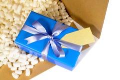Presente azul da caixa da entrega do transporte do cartão para dentro, partes de embalagem do poliestireno, vista superior Fotos de Stock Royalty Free