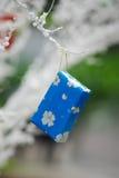 Presente azul do Natal com fundo branco obscuro Foto de Stock Royalty Free