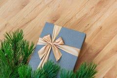Presente bajo opinión del primer del árbol de navidad desde arriba Imagen de archivo libre de regalías