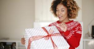 Presente bonito do Natal da abertura da jovem mulher video estoque
