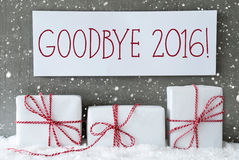 Presente branco com flocos de neve, texto adeus 2016 Imagens de Stock Royalty Free
