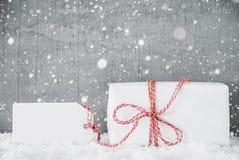 Presente branco, etiqueta, espaço da cópia, flocos de neve, cimento sujo imagem de stock