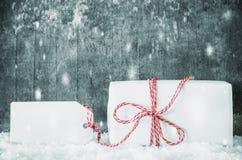 Presente branco, etiqueta, espaço da cópia, neve, cimento sujo fotografia de stock