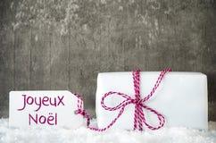 Presente branco, neve, etiqueta, Joyeux Noel Means Merry Christmas fotos de stock royalty free