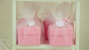 Presente brilhante, festivo, cor-de-rosa, caixas atuais e vídeos de arquivo