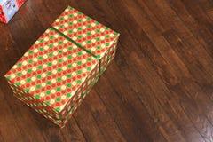 Presente colorido do Natal e do ano novo sob a árvore no assoalho de madeira Imagem de Stock Royalty Free