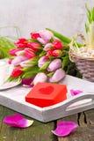 Presente com coração e tulipas Foto de Stock Royalty Free