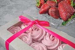 Presente com fita cor-de-rosa Caixa branca com os doces no fundo claro felicite Marshmallow, sobremesa fotografia de stock