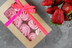 Presente com fita cor-de-rosa Caixa branca com os doces no fundo claro felicite sinal da atenção Marshmallow, sobremesa fotografia de stock royalty free