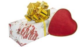 Presente com fita do dolgen e curva e coração vermelho Fotografia de Stock Royalty Free