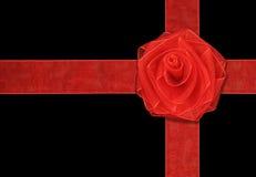 Presente com fita e a Rosa vermelhas Imagens de Stock Royalty Free