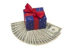 Presente com notas do dólar Imagens de Stock