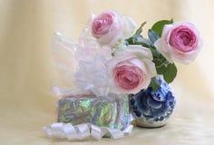 Presente com rosas Imagem de Stock Royalty Free