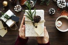 Presente a compartilhar durante o tempo do Natal Fotografia de Stock