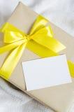 Presente con la cartolina vuota sul fondo Knitted immagine stock