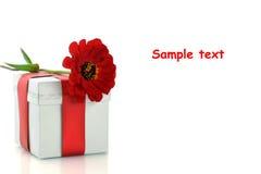 Presente con la cinta y la flor rojas fotos de archivo