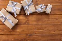 Presente in contenitori di regalo sul fondo di legno della struttura Immagine Stock