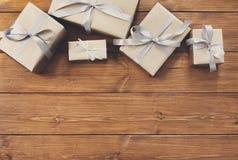 Presente in contenitori di regalo sul fondo di legno della struttura Fotografia Stock